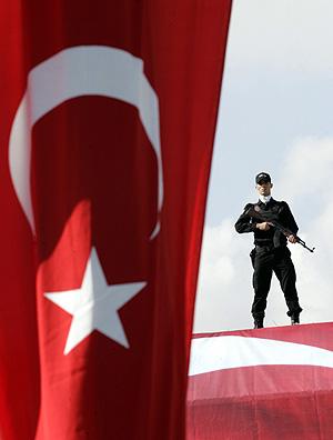Un policía turco vigila durante la manifestación. (Foto: AP)