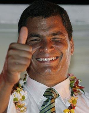 Rafael Correa celebra la victoria con sus seguidores tras la jornada electoral. (Foto: EFE)