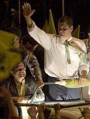 Correa, con sus seguidores, esta noche. (Foto: REUTERS)
