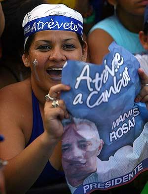 'Atrévete a cambiar' es el lema del candidato de la oposición, Manuel Rosales. (Foto: AFP)