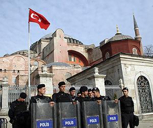 Agentes de la policía frente a la antigua basílica de Santa Sofía de Constantinopla. (Foto: AFP)