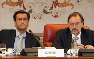 López Aguilar (izda.), en la Comisión de Justicia del Congreso. (Foto: EFE)