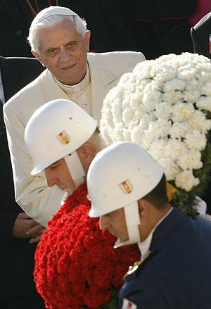 El Papa, en la ofrenda floral realizada en el mausoleo de 'Ataturk'. (Foto: AFP)