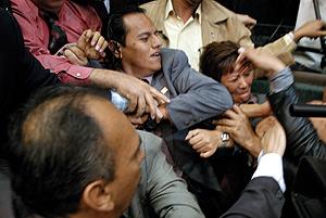 Varios diputados se pelean en el Congreso mexicano. (Foto: AFP)