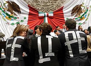 Seguidores de Calderón con camisetas a su favor en el Congreso. (Foto: EFE)