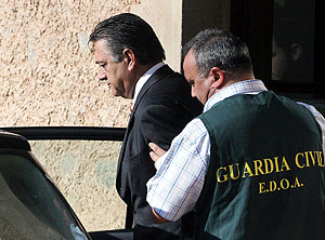 El alcalde tras ser detenido. (Foto: EFE)