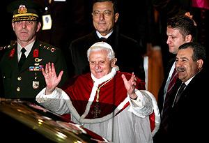 El Papa saluda a su llegada a Estambul. (Foto: EFE)