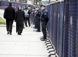 Policías turcos montan guardia en una calle cercana a la Iglesia del Espíritu Santo de Estambul. (Foto: EFE)