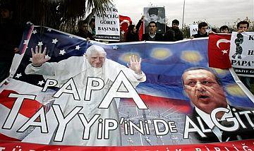 Manifestantes turcos sostienen una pancarta que dice 'Papa, coge a Tayip y vete'. (Foto: AP)