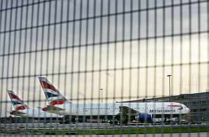 Dos aviones de British Airways apartados en el aeropuerto de Heathrow. Podría tratarse de los dos aparatos en los que se encontró polonio 210. (Foto: AFP)