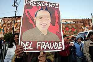 Un simpatizante de López Obrador, protesta en la plaza del Zócalo. (Foto: AFP)
