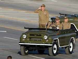 Raúl Castro, pasando revista a las tropas. (Foto: EFE)