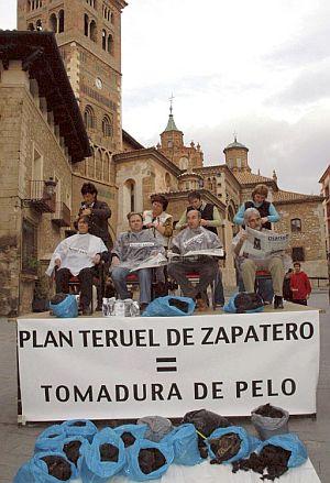Varios integrantes de 'Teruel existe' se cortan el pelo. (Foto: EFE)