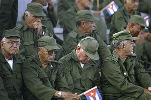Reservistas cubanos, durante el desfile. (Foto: EFE)