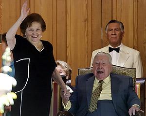 Pinochet y su esposa, Lucía Hiriart, el pasado 25 de noviembre, día de su cumpleaños. (Foto: EFE)