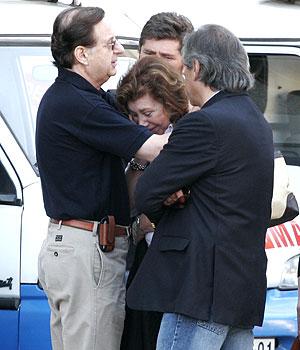 Lucía Pinochet, hija del dictador, se derrumba tras visitar a su padre en el hospital. (Foto: AP)