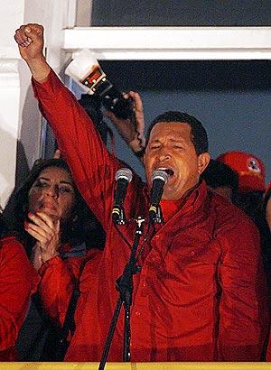 """Chávez celebra desde """"el balcón del pueblo"""" su victoria. (Foto: REUTERS)"""