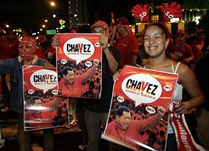 Varios seguidores de Chávez celebran su triunfo en las calles de Caracas. (Foto: REUTERS)