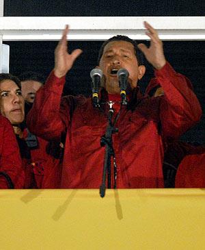 """Chávez en """"el balcón del pueblo"""" celebra su triunfo. (Foto: EFE)"""
