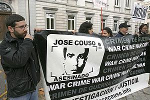 Familiares y amigos de José Couso se han concentrado ante el Supremo esta misma mañana. (Foto: EFE)