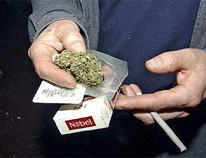 Un joven se hace un porro de marihuana (Foto: Paco Toledo)