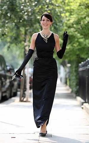 Una modelo luce el vestido subastado. (Foto: AFP)