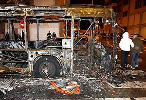 Imagen del autobús tras ser quemado. (Foto: EFE)