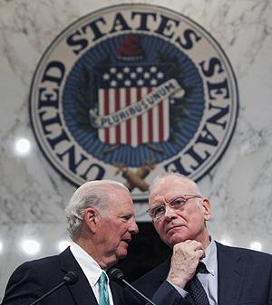 James Baker y Lee Hamilton durante la presentación del informe. (Foto: REUTERS)