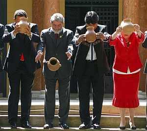 Líderes congregados en la cumbre arrojan vasijas de barro con 'chicha', una bebida típica. (Foto: AP)