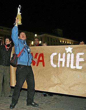 Un detractor del dictacdor chileno celebra su muerte en Madrid. (Foto: EFE)