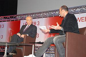El viceprimer ministro israelí, Simón Peres, y el organizador del encuentro, el famoso 'bloguero' francés Meur. (Foto: S.R.S)