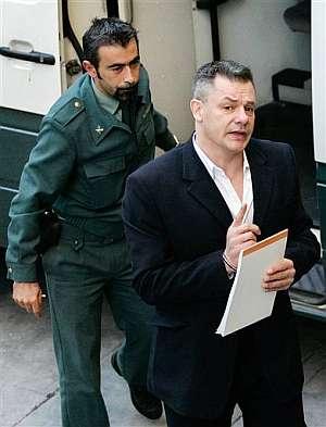Tony King sale de un furgón de la Guardia Civil el pasado lunes. (Foto: AP)