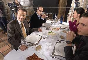 Juan Diego y Luis Tosar, durante el rodaje de una escena. (Foto: Justy García)
