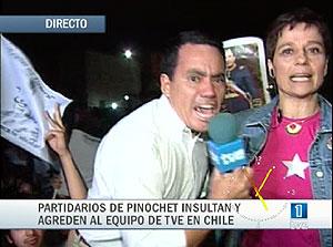 Imagen del momento en que la periodista sufre la agresión. (Foto: TVE)