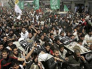 Palestinos portan los cadáveres de los militantes asesinados el pasado me de abril. (Foto: AP)