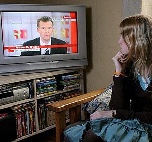 Una adolescente sigue el programa que conmocionó a los belgas. (Foto: EFE)