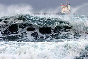 Una ola azota la playa de El Sardinero. (Foto: EFE)