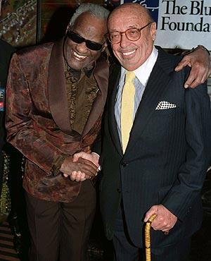 Ahmet Ertegun (dcha.) con el cantante Ray Charles, en una imagen de 1998. (Foto: REUTERS)