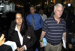 Los congresistas William Delahunt (dcha.) y el republicano Jeff Flake (atrás en azul) a su llegada a un hotel de La Habana. (Foto: EFE)