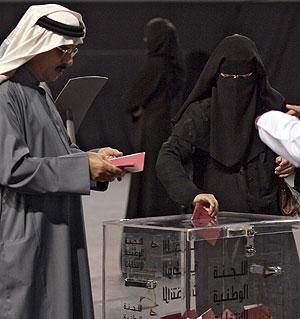 Una mujer emiratí deposita su voto en Abu Dhabi. (Foto: AFP)