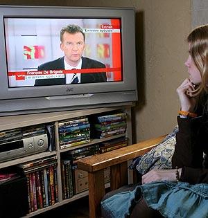 Una adolescente observa el polémico programa de la televisión belga. (Foto: EFE)