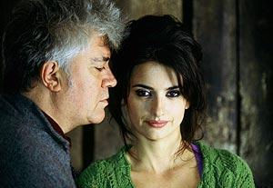 Almodóvar y Cruz, director y protagonista de 'Volver', una de las cintas favoritas. (Foto: EFE)