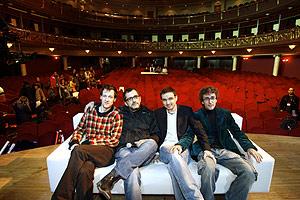 Buenafuente con su equipo en el teatro Alcalá de Madrid. (Foto: Begoña Rivas)