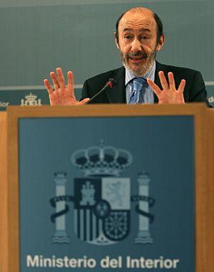 Rubalcaba, durante la comparecencia. (Foto: AFP)