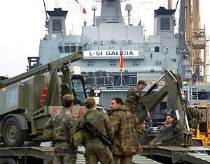 Militares junto al buque Galicia, antes de partir a Indonesia. (Foto: Ernesto Caparrós)