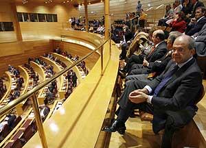 El presidente andaluz, Manuel Chaves (dcha.), en la tribuna de invitados del Senado. (Foto: EFE)