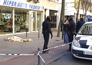 La policía acordona el lugar donde yacía el cadáver. (EFE)