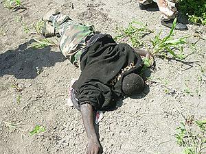 Un soldado de las milicias islamistas muerto en un enfrentamiento. (Foto: AP)