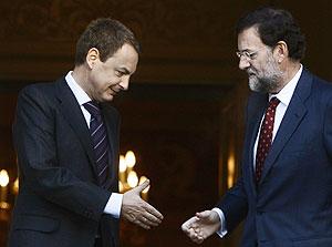 Zapatero y Rajoy se estrechan las manos en La Moncloa. (Foto: EFE)