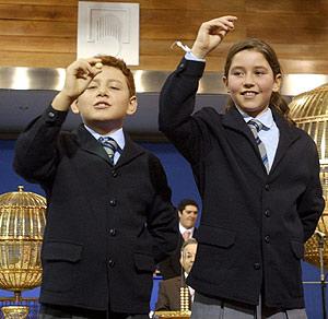 Los niños que han cantado El Gordo. (Foto: Paco Toledo)